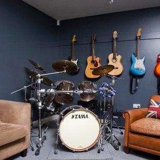 Immagine di un soggiorno contemporaneo con sala della musica, pareti blu e moquette