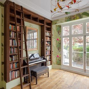 Ejemplo de sala de estar con rincón musical campestre con paredes verdes, suelo de madera en tonos medios y suelo beige
