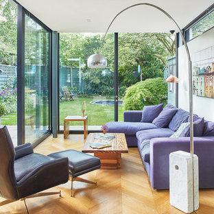 Ispirazione per un grande soggiorno contemporaneo chiuso con pareti grigie, pavimento in laminato, TV a parete, pavimento beige e nessun camino