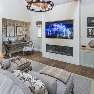 Diseño de sala de estar cerrada, de estilo de casa de campo, grande, con paredes beige, suelo de madera oscura, chimenea lineal, marco de chimenea de yeso y televisor colgado en la pared