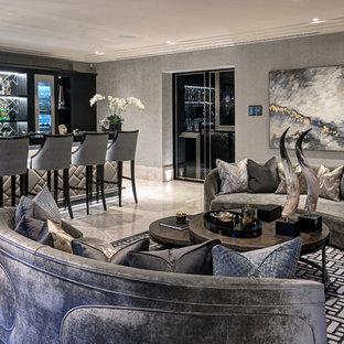 Esempio di un soggiorno tradizionale con angolo bar, pareti grigie e pavimento beige