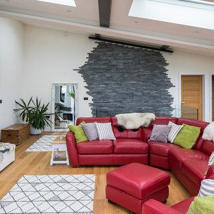 Idee per un soggiorno minimalista di medie dimensioni e aperto con pareti bianche, parquet chiaro, pavimento beige, camino ad angolo e cornice del camino in intonaco