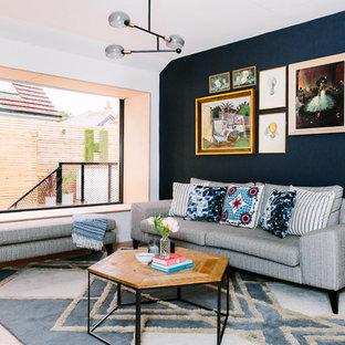 ロンドンの中くらいのミッドセンチュリースタイルのおしゃれなファミリールーム (ベージュの床、青い壁) の写真