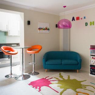 Modelo de sala de estar abierta, actual, pequeña, con paredes beige y suelo vinílico