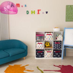 Imagen de sala de estar abierta, actual, pequeña, con paredes beige y suelo vinílico