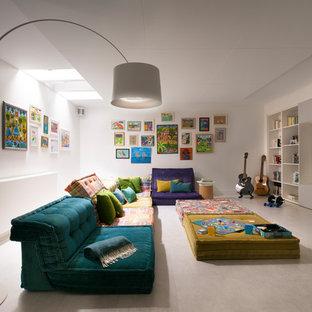 Idées déco pour une salle de séjour contemporaine avec un mur blanc, un téléviseur encastré et un sol gris.