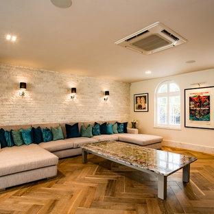 Aménagement d'une salle de séjour classique fermée avec un mur blanc, un sol en contreplaqué et un sol marron.