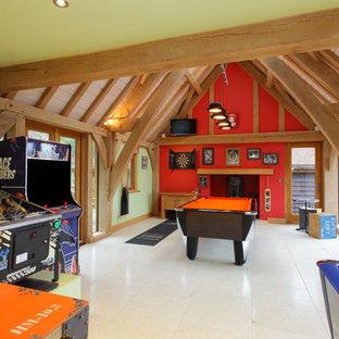 ハンプシャーの中サイズのラスティックスタイルのおしゃれな独立型ファミリールーム (ゲームルーム、赤い壁、白い床) の写真