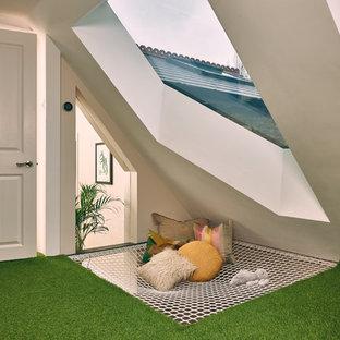 Foto di un grande soggiorno contemporaneo aperto con sala giochi, pareti bianche, moquette, nessun camino, nessuna TV e pavimento verde