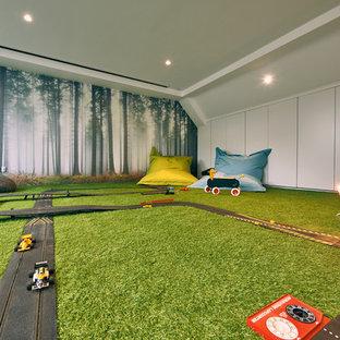 Inspiration pour une grande salle de séjour design fermée avec un mur blanc, moquette, aucune cheminée, aucun téléviseur et un sol vert.