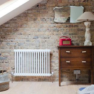 ロンドンの小さいコンテンポラリースタイルのおしゃれな独立型ファミリールーム (ゲームルーム、青い壁、無垢フローリング、茶色い床、暖炉なし、レンガの暖炉まわり、埋込式メディアウォール) の写真