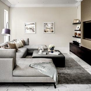 Idee per un grande soggiorno minimal chiuso con sala giochi, pareti beige, pavimento in marmo, nessun camino, TV a parete e pavimento bianco