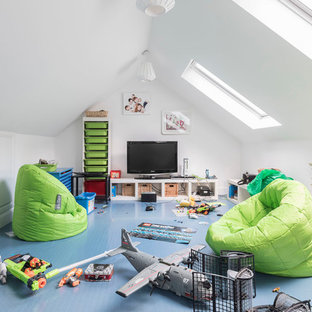 Immagine di un soggiorno design con pareti bianche, pavimento blu, sala giochi, pavimento in linoleum e TV autoportante