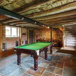 Idee per un soggiorno rustico di medie dimensioni con sala giochi e pareti rosse