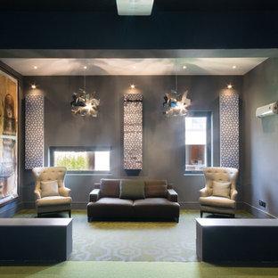 Ispirazione per un grande soggiorno contemporaneo chiuso con sala giochi, pareti grigie, moquette, TV a parete e pavimento verde