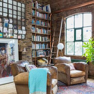 Modelo de sala de estar abierta, urbana, grande, con suelo de madera clara y suelo beige