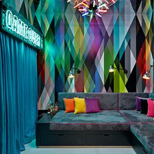 Foto di un soggiorno bohémian chiuso con sala giochi, pareti multicolore, TV a parete e pavimento bianco