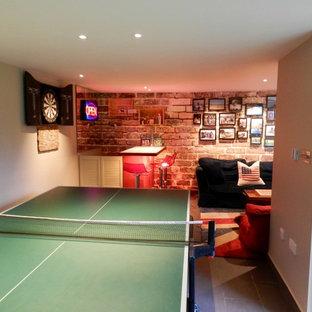 Immagine di un piccolo soggiorno contemporaneo chiuso con angolo bar, pavimento in ardesia, nessun camino e TV autoportante