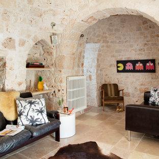 Ispirazione per un soggiorno mediterraneo con pareti beige e pavimento beige