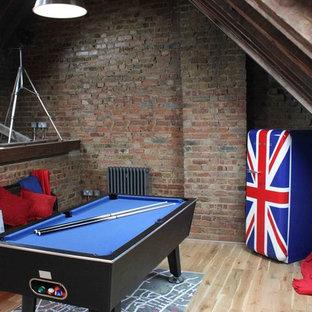 ロンドンのインダストリアルスタイルのおしゃれなファミリールーム (ゲームルーム) の写真