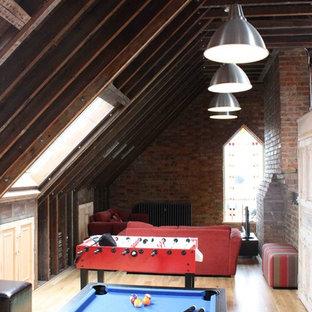 Esempio di un soggiorno industriale con sala giochi