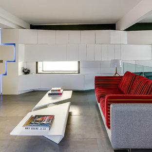 Cette image montre une salle de séjour mansardée ou avec mezzanine design de taille moyenne avec un mur gris et un téléviseur fixé au mur.