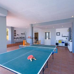 他の地域の中サイズのビーチスタイルのおしゃれな独立型ファミリールーム (ゲームルーム、グレーの壁、セラミックタイルの床、暖炉なし、テレビなし) の写真
