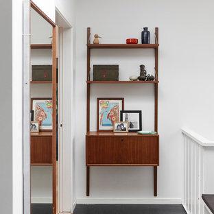 Imagen de recibidores y pasillos vintage, pequeños, con suelo laminado y suelo negro