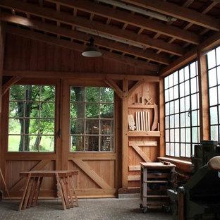 Exempel på ett mellanstort rustikt tillbyggt enbils kontor, studio eller verkstad