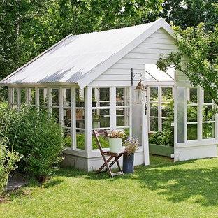 Inspiration för mellanstora shabby chic-inspirerade fristående trädgårdsskjul