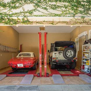 Inspiration för en mycket stor funkis tillbyggd trebils garage och förråd