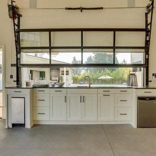 Exemple d'un très grand garage pour quatre voitures ou plus séparé nature avec un bureau, studio ou atelier.