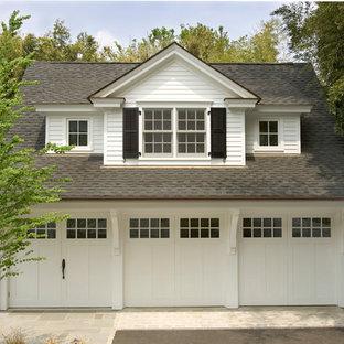 Cette image montre un garage pour trois voitures traditionnel.