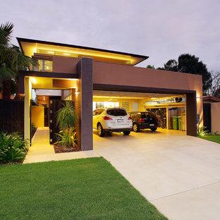 Modern inredning av en mellanstor tillbyggd trebils garage och förråd