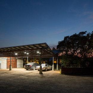 Exemple d'un très grand garage séparé rétro.