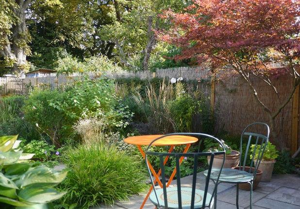 Модернизм Гараж by Joanne Bernstein Garden Design