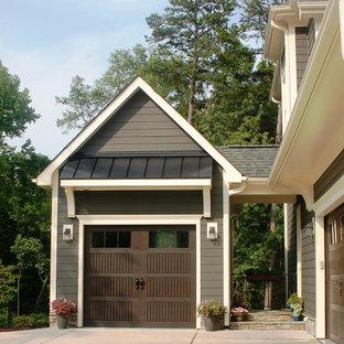 Cette image montre un garage pour une voiture attenant craftsman.