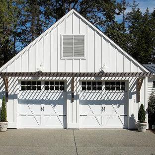 Aménagement d'un garage pour deux voitures attenant éclectique de taille moyenne.
