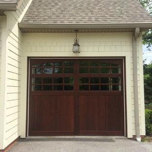 Idée de décoration pour un grand garage pour trois voitures attenant tradition.