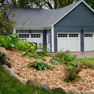 Cette image montre un garage pour une voiture attenant traditionnel.