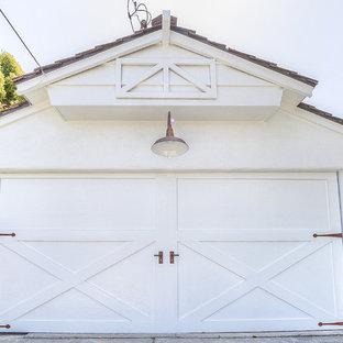 Exempel på en mellanstor maritim fristående tvåbils garage och förråd