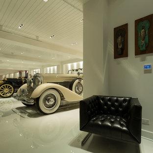 Inspiration för en mycket stor vintage tillbyggd fyrbils garage och förråd