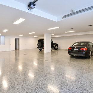 Cette photo montre un très grand garage pour quatre voitures ou plus attenant moderne.