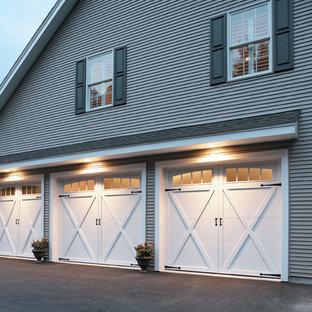 Immagine di un grande garage per tre auto connesso classico