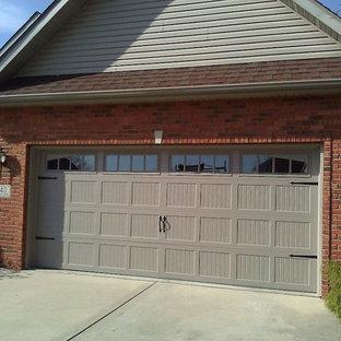Cette photo montre un grand garage pour deux voitures attenant chic.