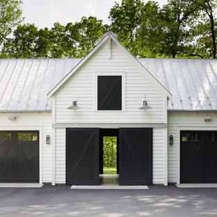 Idée de décoration pour un garage pour trois voitures séparé champêtre.