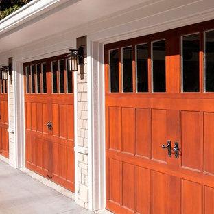 Idée de décoration pour un garage attenant minimaliste de taille moyenne.