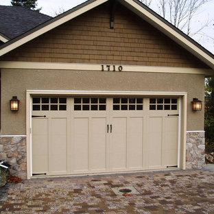 Foto på en mellanstor amerikansk tillbyggd garage och förråd
