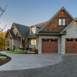 Idées déco pour un grand garage pour trois voitures attenant craftsman.