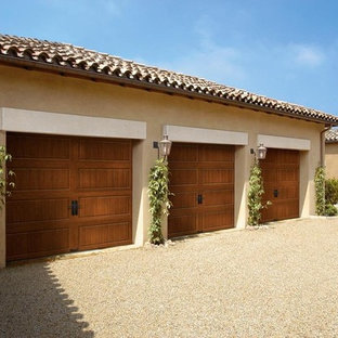 Aménagement d'un grand garage pour trois voitures attenant sud-ouest américain.